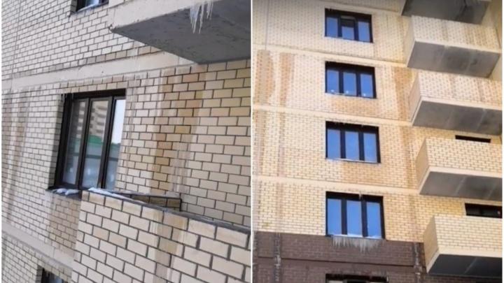 Кипяток лился даже по фасаду: в тюменской новостройке затопило квартиры с восьмого по первый этаж