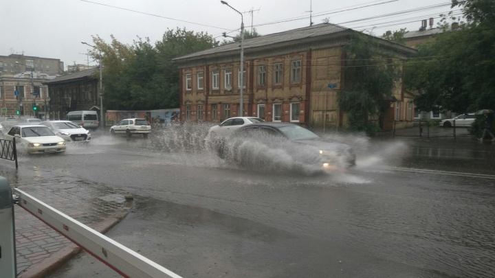 «Машины дежурят с ночи»: на улицы снова вывели всю откачивающую воду технику