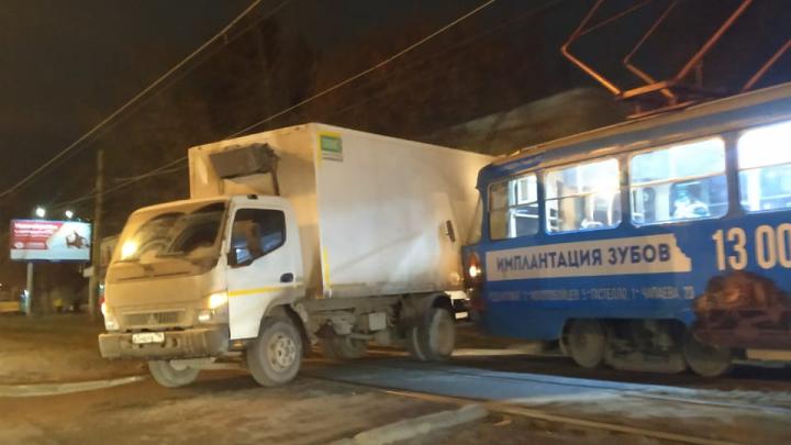 В Екатеринбурге трамвай врезался в грузовик
