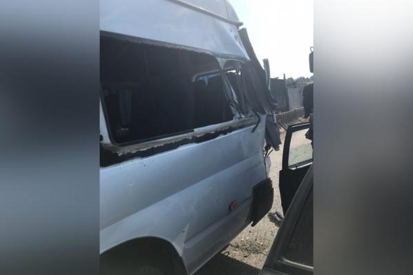 От удара в автобусе посыпались все стекла