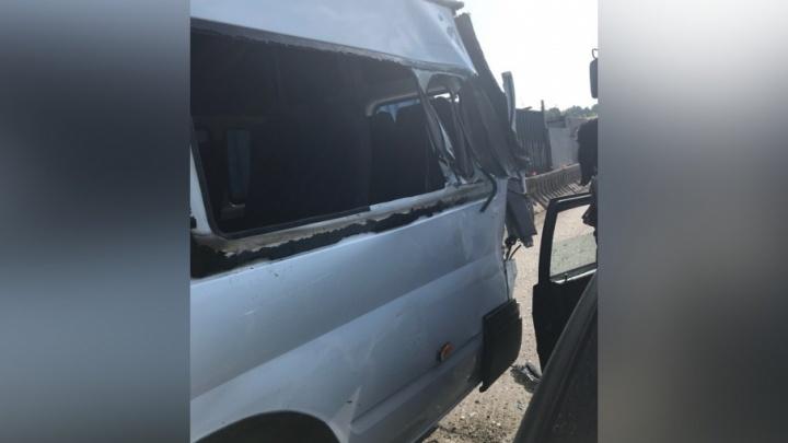 «Отказали тормоза»: в Прикамье лесовоз протаранил микроавтобус с пассажирами