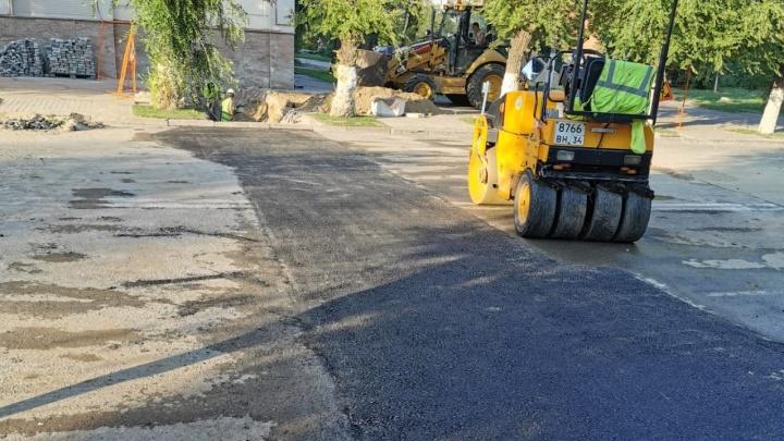 «Никаких просадок не будет»: в центре Волгограда закатали в асфальт перекопанную дорогу