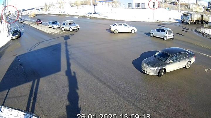 Не уступил девушке: на опасном перекрестке в Волгограде столкнулись «Лада» и Citroen