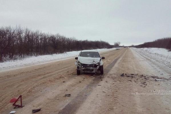 Водитель иномарки не смог удержать ее на занесенной дороге