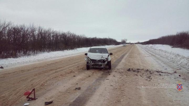Лобовая авария на заснеженной трассе Волгоградской области выбросила иномарку в сугроб