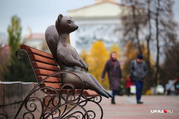 Зверушка, призванная символизировать символ города — куницу, обитает на лавочке на улице Ленина