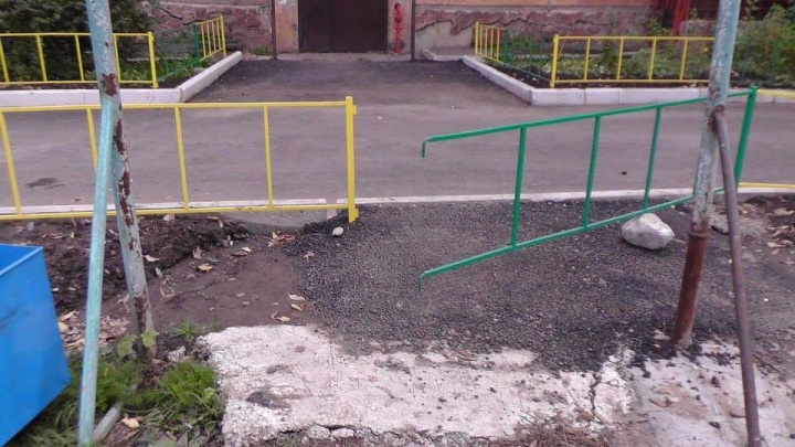 «Ремонт за 4 миллиона»: рабочие небрежно разбросали новый асфальт по двору дома