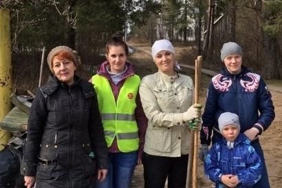 Анна Павлова (в жилете) и другие активисты — на одном из экодесантов