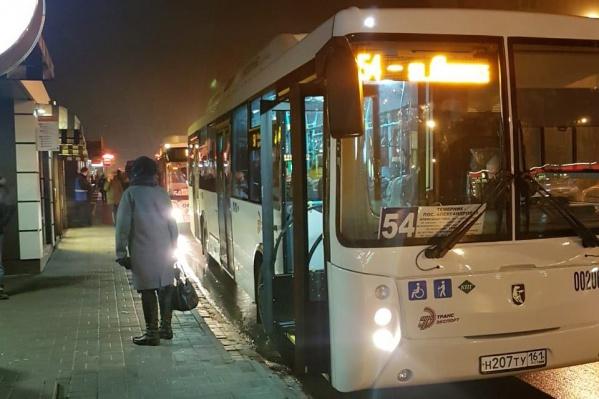 Утром на остановках автобусов № 54 было безлюдно