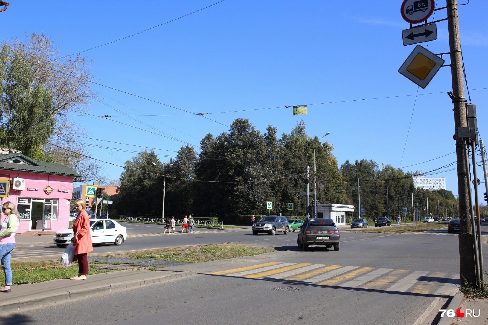 От удара школьника отбросило к трамвайным рельсам