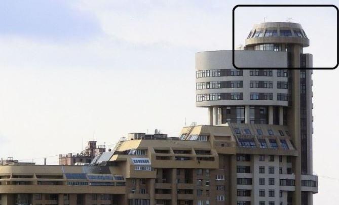 На набережной у ДИВСа выставили на продажу квартиру-башенку
