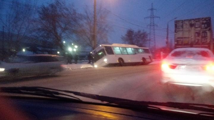 Автобус опрокинулся в канаву на Богдана Хмельницкого