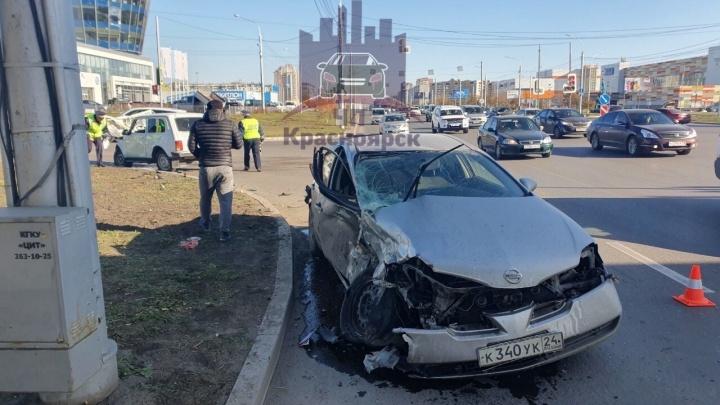Спешащий по выделенке водитель протаранил поворачивающий «Ниссан». На месте медики и спасатели
