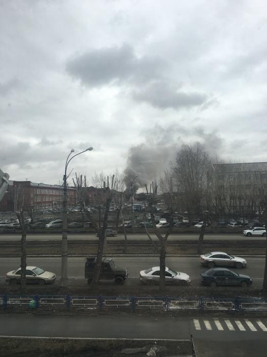 """""""Видно пламя, есть пожарные, тушат уже около 10 мин, но все равно пламя не сбивается"""", —комментирует очевидец, сделавший фото"""