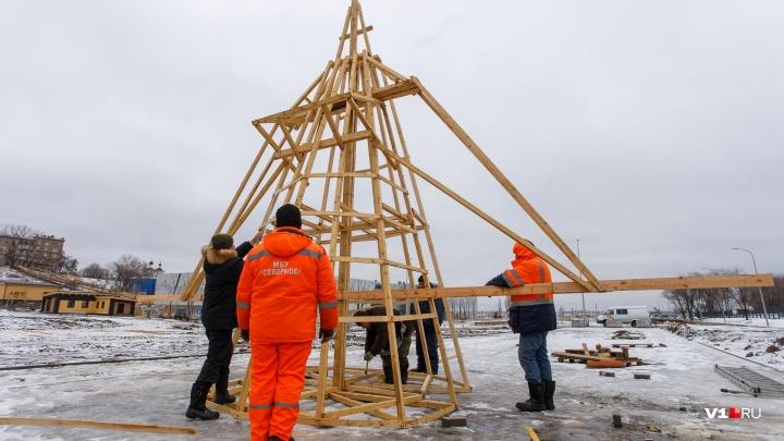 «Готовим сено и елки для инквизиции»: в Волгограде собирают самую высокую «женщину» России из дерева