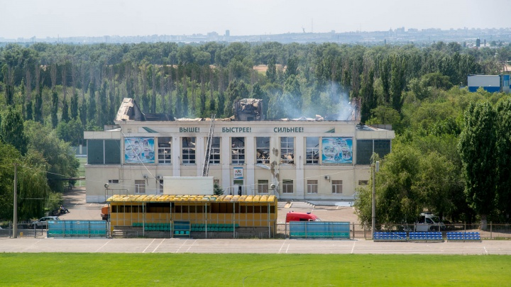 Спорткомплекс в Волжском продолжает тлеть: хроника большого пожара
