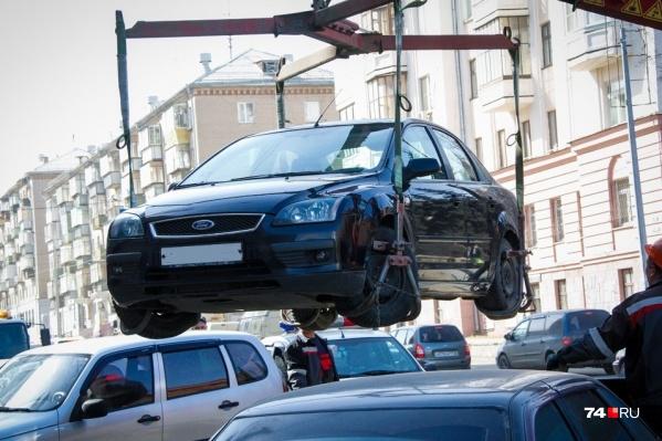 То, что в народе называется эвакуацией, согласно КоАП, именуется задержанием транспортного средства. Его применяют не только за нарушение правил остановки и стоянки, но и, например, при выявлении пьяного водителя, которого некому подменить
