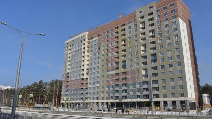Приехали три машины спасателей: в Екатеринбурге случился пожар в строящемся доме