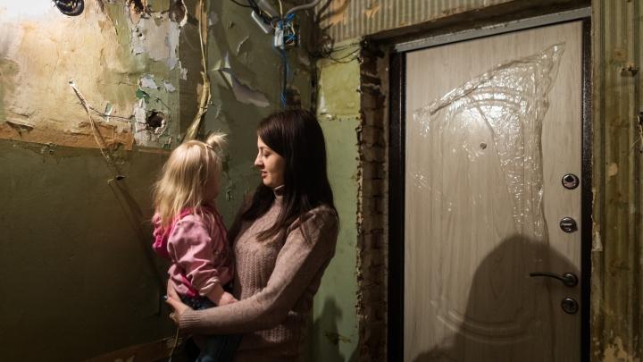 Денег не было: мэрия объяснила, почему девочке-инвалиду дали квартиру, в которой нельзя жить