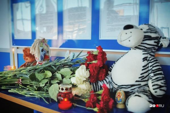 В мурманский аэропорт люди приносят цветы, свечи и игрушки. Трагедия унесла 41 жизнь, среди погибших — двое детей