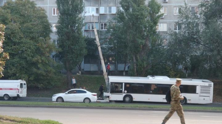В Ростове пассажирский автобус врезался в столб. Шесть человек увезли на скорой