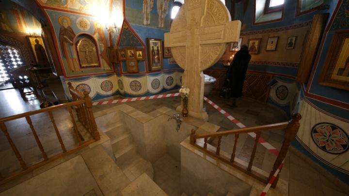 «Пришлось вызывать скорую»: в челябинском храме прихожанка упала в купель и сломала нос