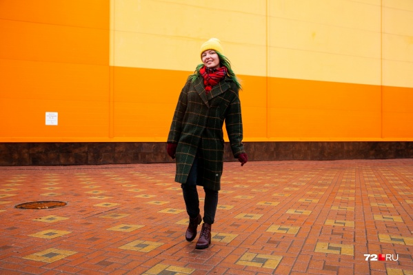 Алый шарф, вишнёвые ботинки, зеленое пальто и кислотно-жёлтая шапка. Девушка в таком наряде чувствует себя очень органично. Как вам?