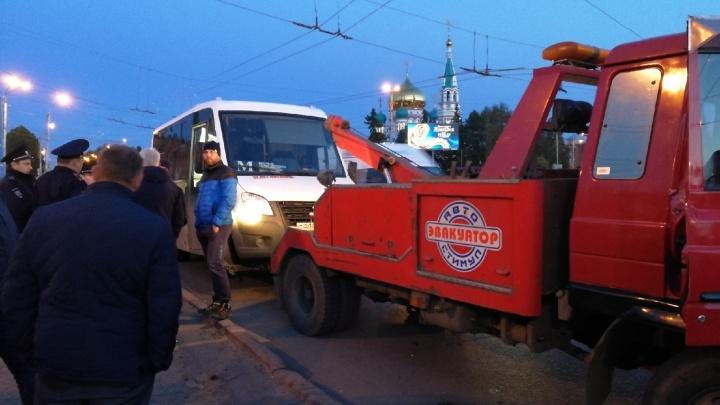 Возле «Маяковского» арестовали маршрутку, водитель которой заперся внутри