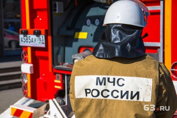 Пожарные уже потушили горящий дом