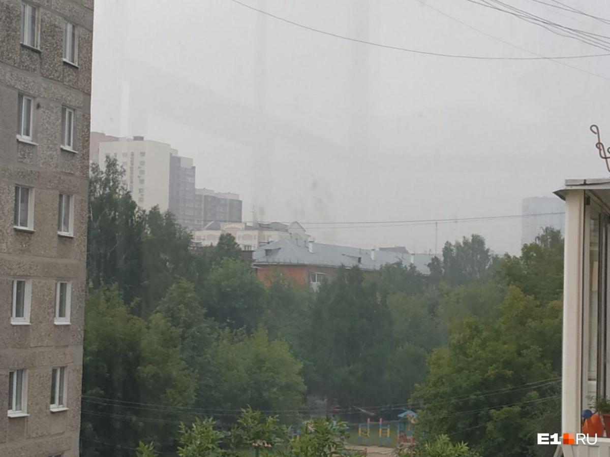 «Проспект Космонавтов, рядом с «Омегой», четвертый этаж. Запах гари вперемежку с резиной. Дымка. Запах примерно с 4–5 утра. И горчит на губах», — сообщает читатель