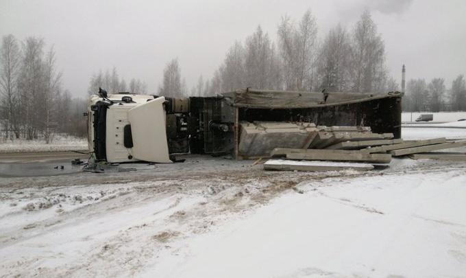 Груз рассыпался по дороге: на трассе М-8 под Ярославлем перевернулся КАМАЗ