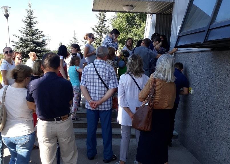На пороге музея образовалась целая толпа желающих бесплатно посмотреть на экспонаты