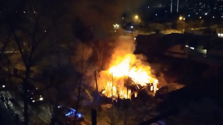 В Октябрьском районе взорвался газовый баллон в загоревшемся доме
