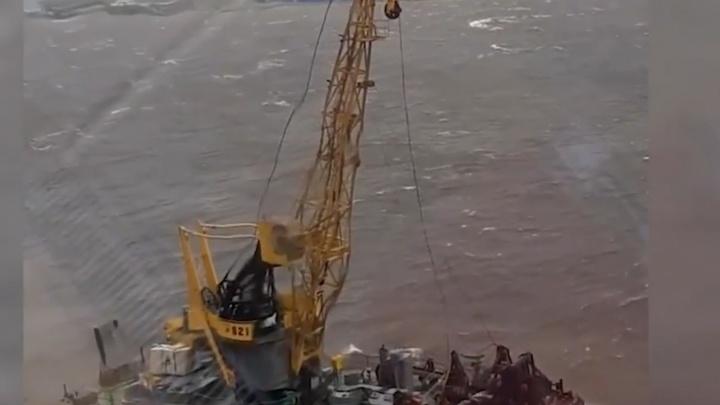 От сильного ветра в Архангельске ломаются даже краны — видео