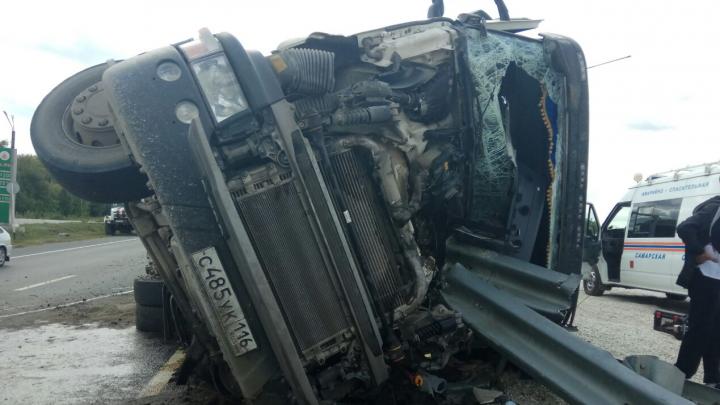 Оторвалось колесо на полном ходу: подробности ДТП с фурой в Самарской области
