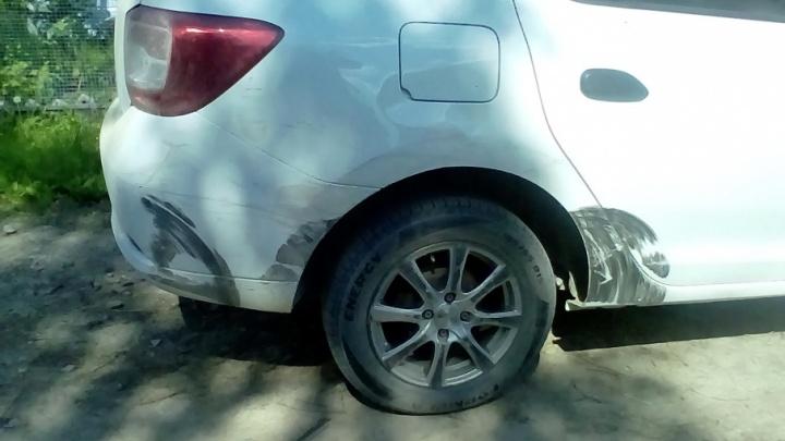 В Ярославской области водитель протаранил машину с детьми и сбежал