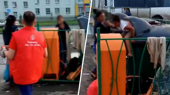Полиция ищет женщину, которая засунула своего ребенка в мусорный бак