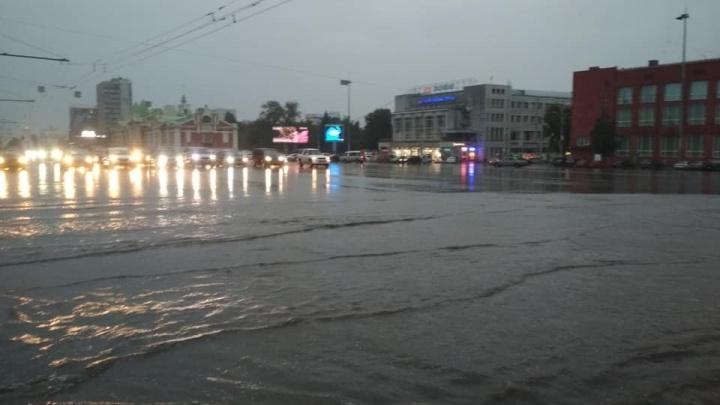 Потоп в Новосибирске: сильный ливень затопил центр города
