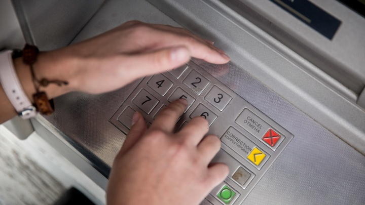 Сибирячка забрала из банкомата забытые деньги и попала под уголовное дело
