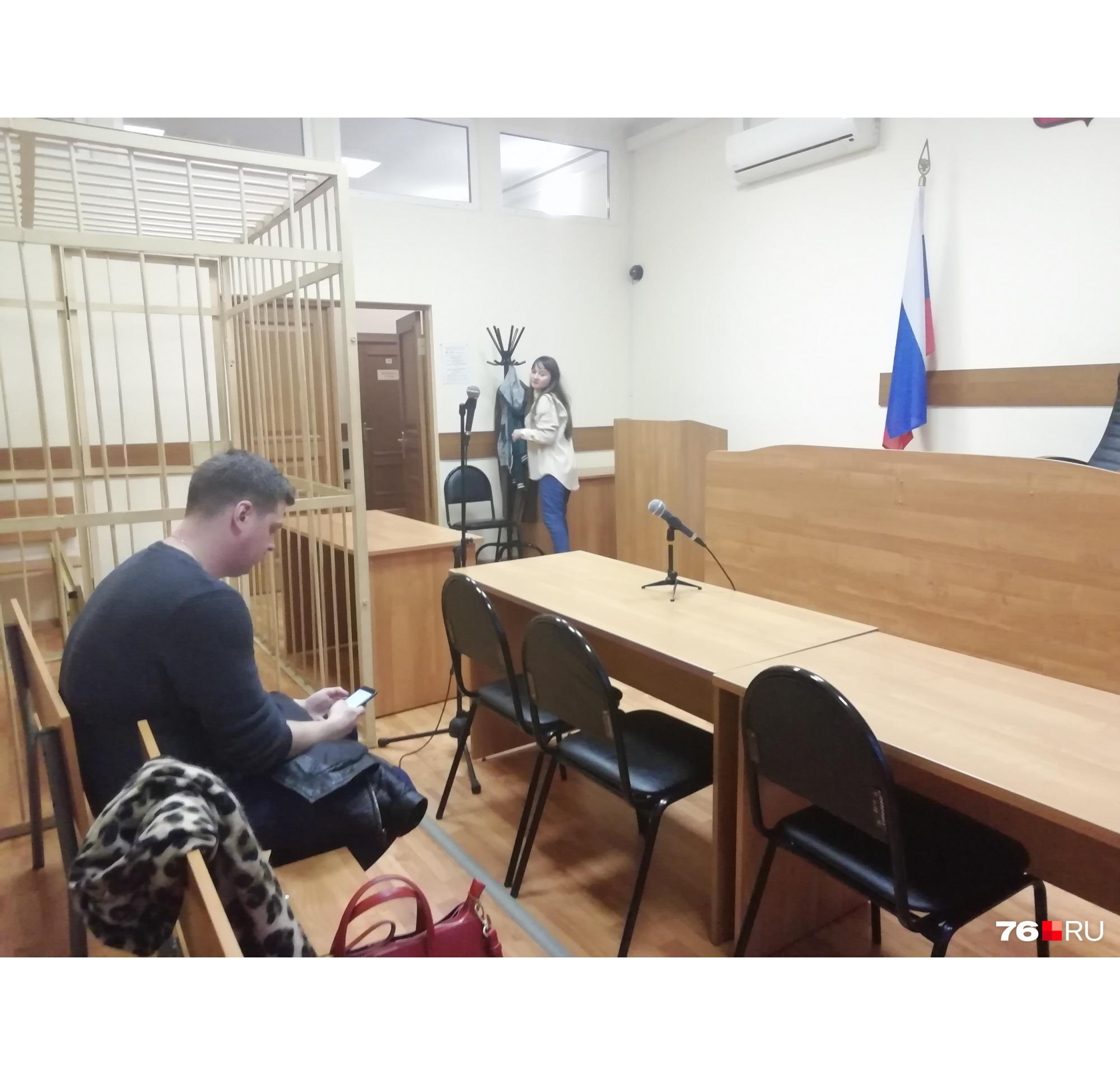 Зал заседаний готов для оглашения меры пресечения предполагаемому поджигателю жилого дома в Ростове