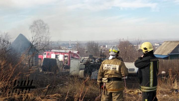 Оборудованный в жилом доме автосервис сгорел вместе с машинами: первые кадры с места