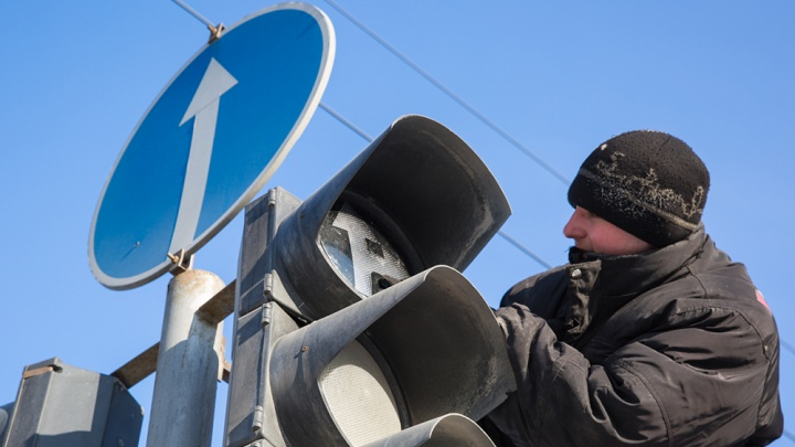Водители встали в пробку на Красном проспекте из-за погасшего светофора