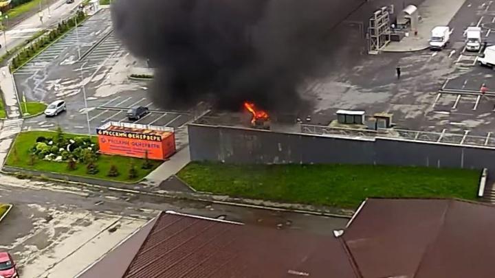 Пожар посекундно: камеры видеонаблюдения сняли, как в Полевском у торгового центра сгорел грузовик