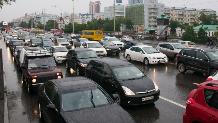 Екатеринбург встал в 9-балльные пробки из-за дождя