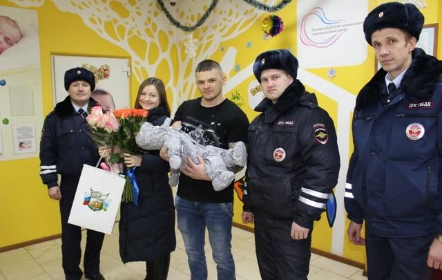 Ехали со спецсигналами: в Екатеринбурге инспекторы ГИБДД помогли роженице добраться до больницы