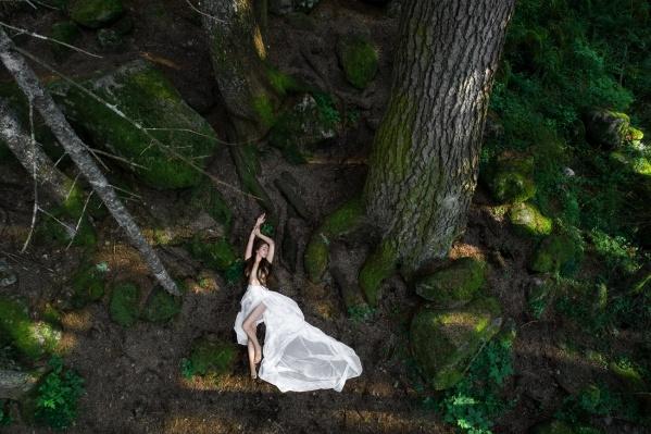 Лес, где проходила съемка, был весь покрыт мхом