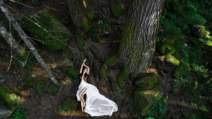Уралец устроил полуобнаженной девушке фотосессию в Кавказских горах: 7 чувственных снимков