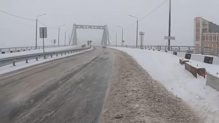 В Самаре автомобилисты сняли на видео открытые люки на Фрунзенском мосту