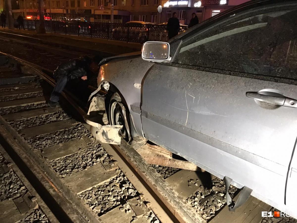 Не заметила сужения дороги: на Татищева женщина на Mitsubishi вылетела на рельсы