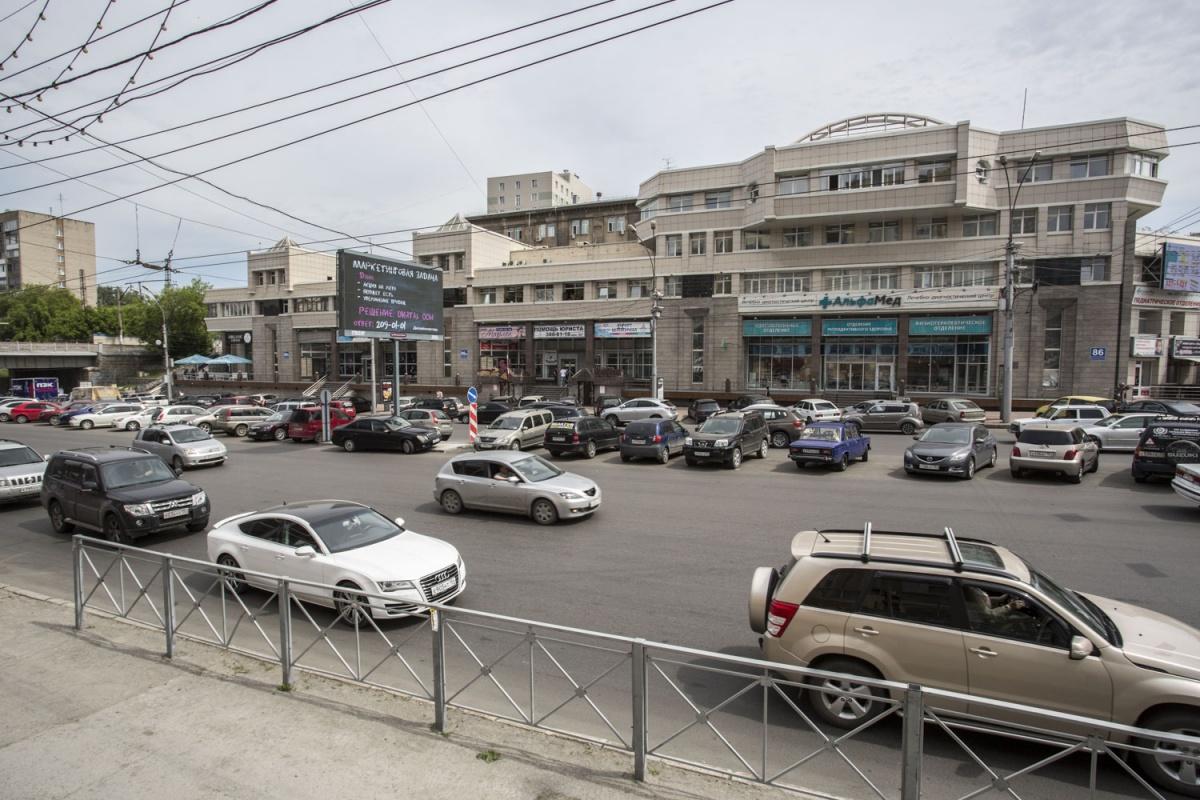 Парковка на середине проезжей части Красного проспекта, от пересечения с ул. Писарева и до путепровода